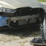 Auta jsou poseta hlubokými škrábanci a dírami, které musejí mít na svědomí jen ostré drápy či zuby. Některé vozy mají dokonce utržený nárazník.