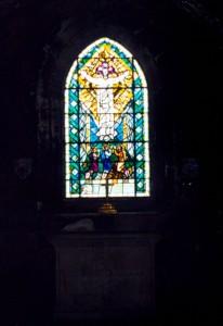 Pod kamennou podlahou stavby se nachází hrobka. V ní se občas údajně objevuje záhadné světlo.