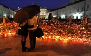 Svíčky za oběti havárie zaplavily nejen Polsko.