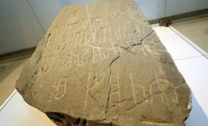 Nalezený náhrobní kámen Metodějova hrobu se ukázal být falešný. Kdo ale podvod vytvořil?