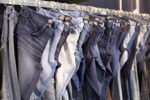 Na výrobu jediných džínových kalhot je potřeba přes 9000 litrů vody.