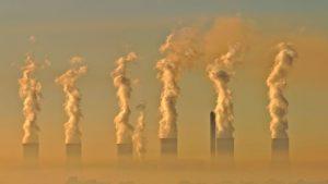 Co nejvíce otravuje venkovní ovzduší? Na vině jsou hlavně emise vypouštěné z elektráren, továren, automobilů a při spalování uhlí a dřeva.