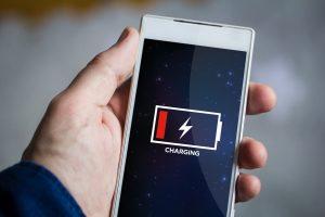 Stále dokonalejší mobilní zařízení potřebují ke svému provozu stále více energie, současné technologie baterií přitom přestávají stačit.