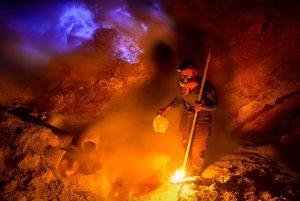 Modře zářící plameny a dokonce i modře zbarvená láva láká do komplexu vulkánů Ijen mnoho filmařů a fotografů.