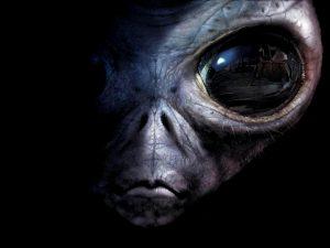 Britský fyzik Paul Davies je přesvědčený, že na Zemi jsou nejen mimozemské mikroorganismy, ale že naši planetu kdysi navštívili i inteligentní bytosti.
