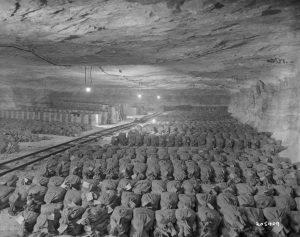 Komora v solném dole u města Merkers byla napěchovaná tisícovkami pytlů s penězi, zlatými pruty, mincemi a dalšími cennostmi, které se tu nacisté pokoušeli schovat.