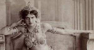 Legendární tanečnice a špiónka se stala hvězdou Evropy, k nohám jí padali mocní muži, politici i důstojníci. Její osud ale skončil tragicky.