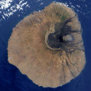 Kapverdský ostrov se sopkou Fogo, která podle posledních výzkumů způsobila vlnu tsunami vysokou 270 metrů.