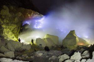 V kráteru můžete spatřit modré zášlehy až do výšky 5 metrů, plameny mají teplotu okolo 600 stupňů.