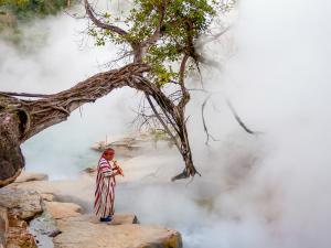 Legendární Řeku smrti stráží šaman domorodého kmene žijícího po staletí na jejích březích.