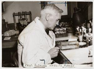 Používání antibiotik odstartoval objev skotského lékaře Alexandra Flemminga, kterému se podařilo v roce 1928 získat penicilin z plísně Penicillium notatum.