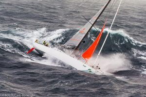 Svou krvelačnost Bassův průliv ukázal také v roce 1998. Tehdy se v mořské úžině konal tradiční jachtařský závod Sydney–Hobart. V bouři se potopilo pět lodí a šestice námořníků při neštěstí zemřela.
