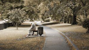 Výzkumy také ukazují, že starší lidé žijící v osamění mají větší riziko výskytu demence.