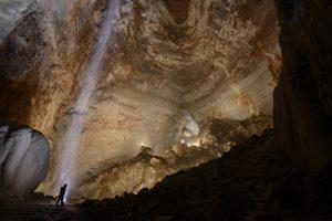 Jeskynní dóm se rozkládá na ploše 22 fotbalových hřišť. Některé stalagmity uvnitř dómu dosahují až do výšky 45 metrů.