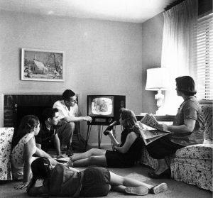 Největšími rekordmany ve sledování televize jsou dlouhodobě Američané, každý z nich u obrazovky denně stráví v průměru 282 minut.