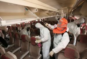 Hrozba nákazy syndromem MERS přinutila asijské aerolinky k tomu, aby speciálně desinfikovala interiér letadel.