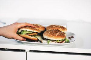 Pokud málo a nekvalitně spíte, zvyšuje se vám hladina hormonu ghrelinu, což způsobuje zvýšení chuti k jídlu. Po probuzení tak budete mít větší hlad než obvykle.