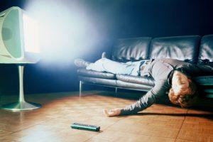 Usínání u zapnuté obrazovky nás sice může uklidňovat, ale dlouhodobě může narušit náš spánkový režim, což vede k depresím a zdravotním problémům.