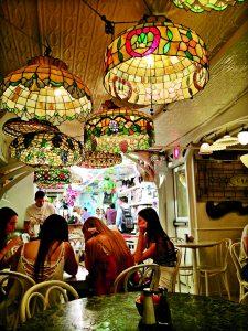 Interiér restaurace Serendipity 3 je zdoben lampami Tiffany.