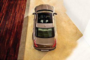Jízda v Jaguaru XJ, který v základu stojí dva a čtvrt milionu, připomíná plavbu na luxusní jachtě.