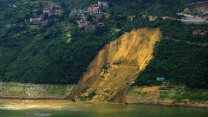 Jeden z mnoha mohutných sesuvů půdy, které přehrada způsobuje.
