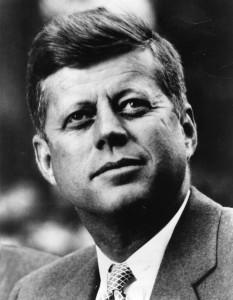 Kennedy ví, jak velkou moc mají média a dokáže toho využít.