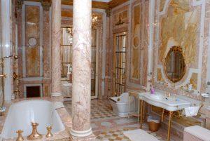 Koupelna, kterou využívala Ottova manželka, je z růžového mramoru a má pozlacené kohoutky.