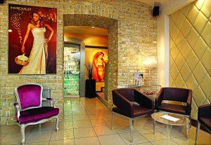 Kromě kosmetického ošetření si můžete v salonu Visage de Paris vyzkoušet i masáže, manikúru, pedikúru a kadeřnické služby.