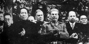 Mao a Stalin na slavnostním zasedání při příležitosti sedmdesátých Stalinových narozenin.