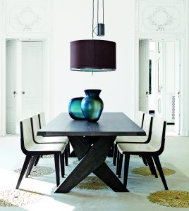 Masivní stůl Plato z kolekce Maxalto zakoupíte v provedení broušeného exotického šedého nebo černého dubu. 152 500 Kč, B&B Italia