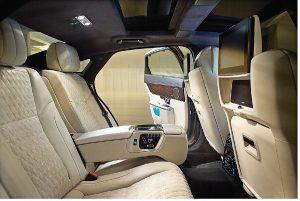Model Portfolio je vybaven sedadly v klasickém stylu. Čalounění kůží Soft Grain je zušlechtěno kontrastním prošíváním v kosočtvercovém vzoru.