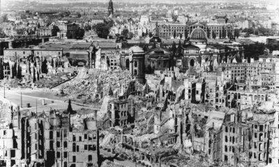 Mohutný spojenecký nálet promění velkou část Drážďan v ruiny.