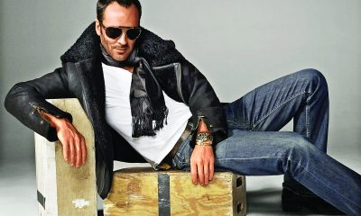 Ford připouští pouhé dvě módní kreace, které by měl nosit správný gentleman. Jednou z nich jsou volnočasové tmavé džíny, spárované s vhodným topem a bundou či sakem.