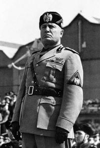 Mussolini na jeho popularitu žárlí.