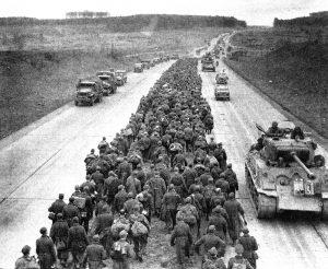 Němečtí vojáci míří po dálnici do amerického zajetí.