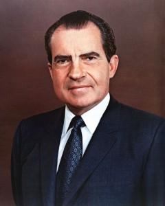 Nixon žije v domnění, že svého rivala ve volbách převálcuje. Ošklivě se splete.