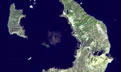 Satelitní snímek dnešního souostroví Santorini ukazuje kalderu, která je pozůstatkem po erupci Théry.