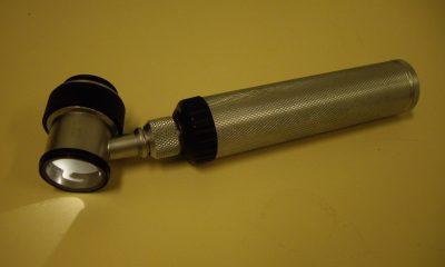 K prvotnímu vyšetření útvaru na kůži používají dermatologové kapesní mikroskop dermatoskop.