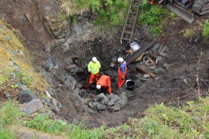 Archeologové při vykopávkách ve studni středověkého hradu Sverresborgu.