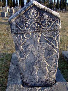 Kamenný náhrobek zdobený reliéfem postav můžeme obdivovat na nekropoli v Radimlji.