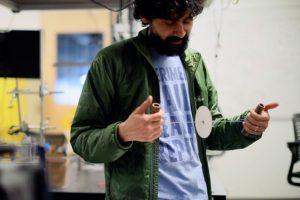 Manu Prakash předvádí svou papírovou centrifugu.