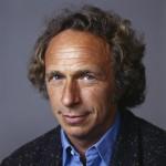 Oblíbený herec Pierre Richard je známým představitelem postav chovajících se hloupě.