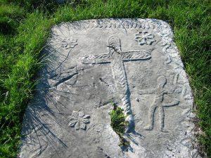 Znamení kříže objevující se na některých náhrobcích se neshoduje s náboženstvím bogomilů.