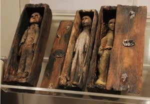 Okolnosti miniaturního pohřbu zůstávají dodnes záhadou.