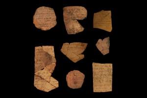 Popsané úlomky keramiky obsahovaly vojenské záznamy