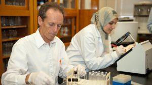Profesor Paul Dawson se svou studentkou Hanan Eshamahovou při práci.