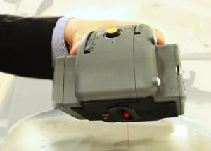 Ruční skener ECOTEC přesně změří množství špíny na povrchu letadla.
