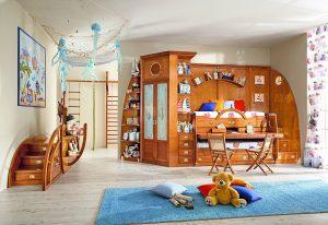 Pokojíček z přírodního mahagonu od italského brandu Carotti jistě potěší každého malého námořníka.