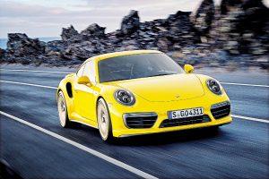 Porsche 911 Turbo S je nabízeno jako klasické kupé nebo kabriolet s plátěnou střechou, jehož cena se již lehce přehoupla přes částku 6 000 000 korun.