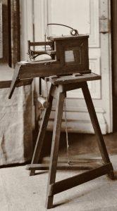 První šicí stroj produkuje řetízkový steh.